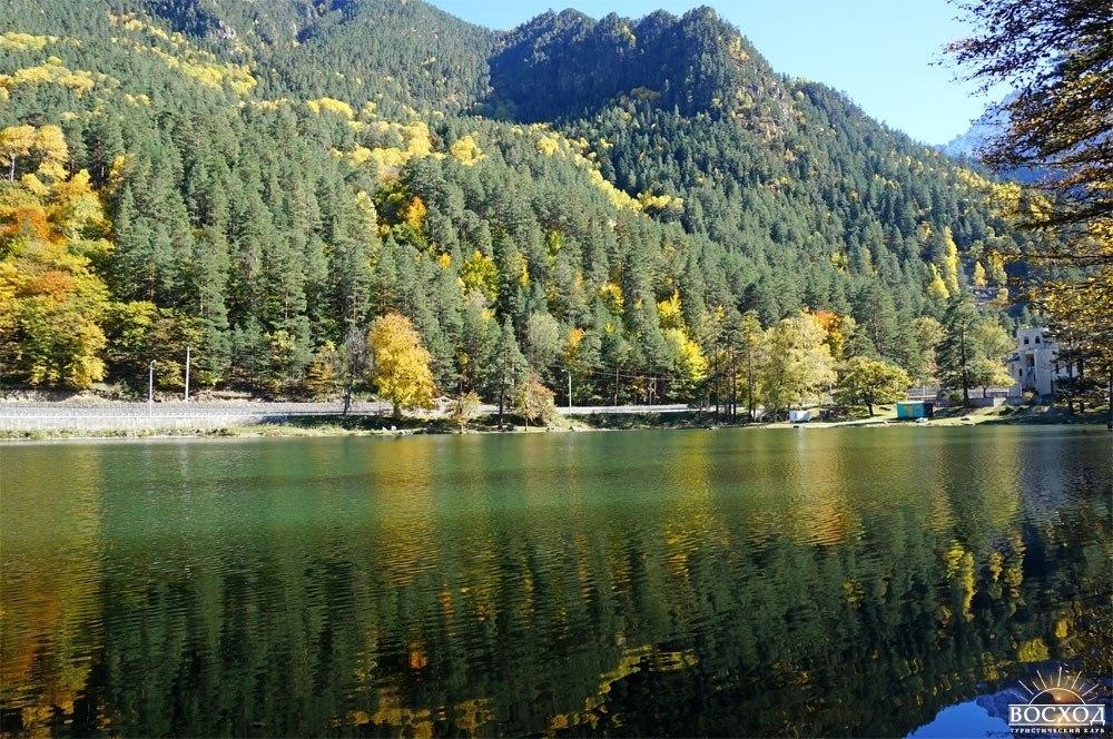 Теберда. Отражение золотых деревьев в озере Кара-кель